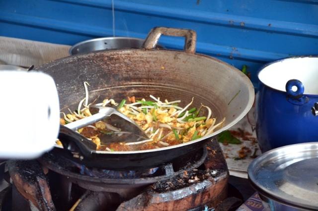 pad thai in wok